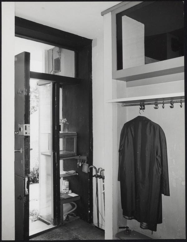 Afbeelding van rietveld schr derhuis hal entree met openstaande voordeur en jas het - Schilderen voor entree en hal ...