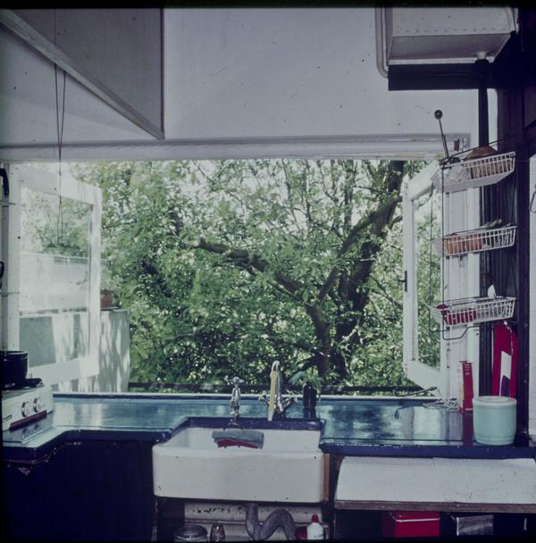 Afbeelding van rietveld schr derhuis interieur boven keuken in kamertje met uitzicht - Afbeelding van keuken amenagee ...