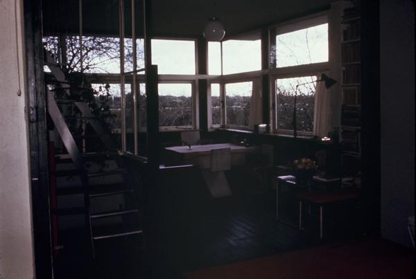 Afbeelding van rietveld schr derhuis interieur boven donkere zithoek met vaste trap - Trap meubilair kind ...