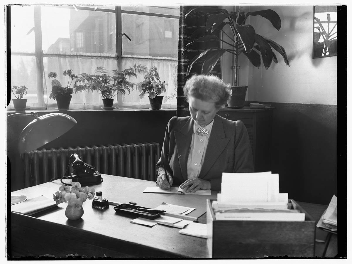 Belangen personeel opname van een secretaresse op een kantoor het geheugen van nederland - Decoreren van een professioneel kantoor ...
