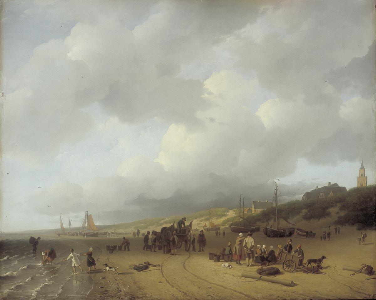 Het cultureel erfgoed boten met vissers op het strand bij scheveningen
