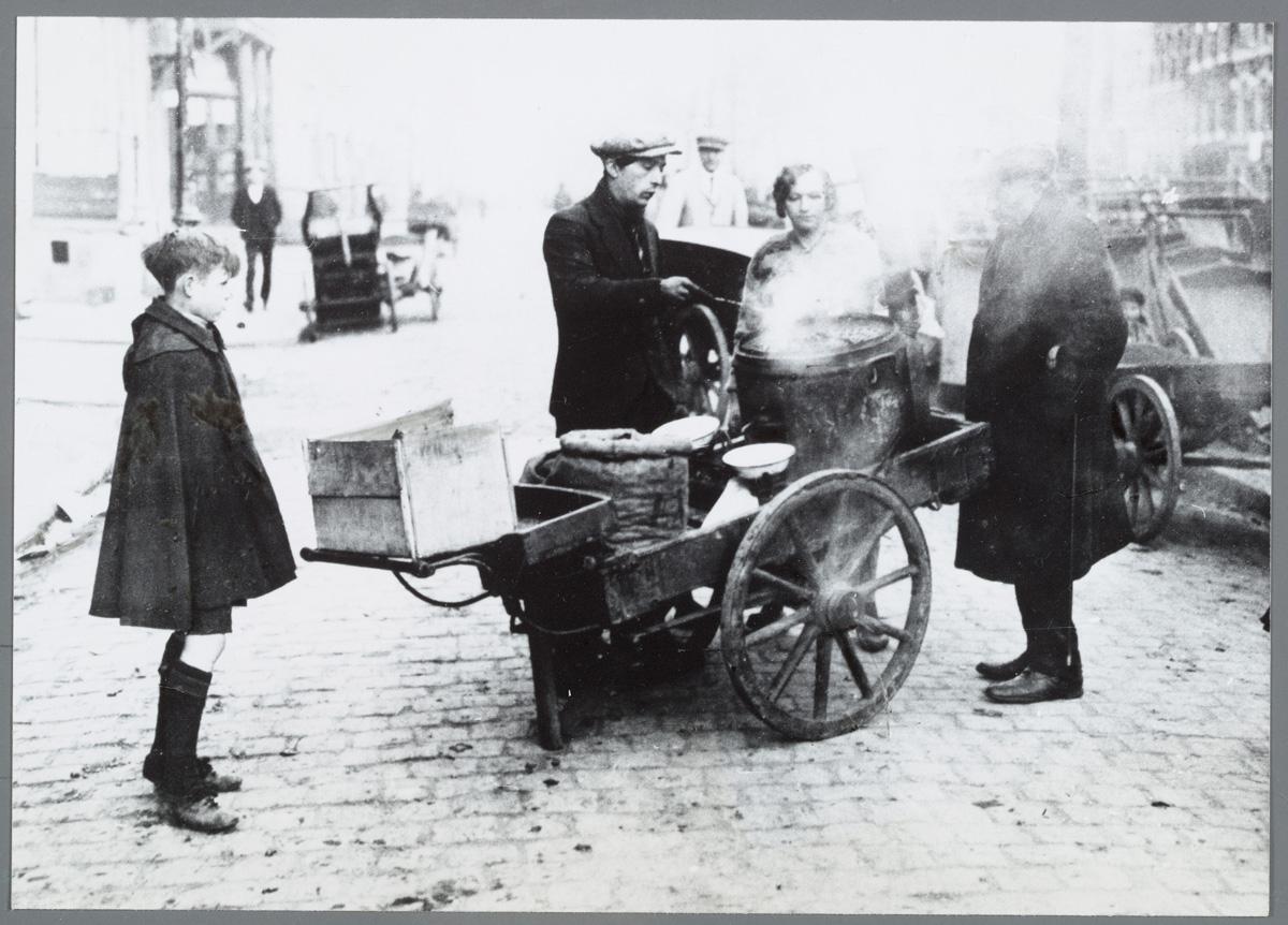 Waterlooplein met gepofte kastanjeman, ca. ca. 1920