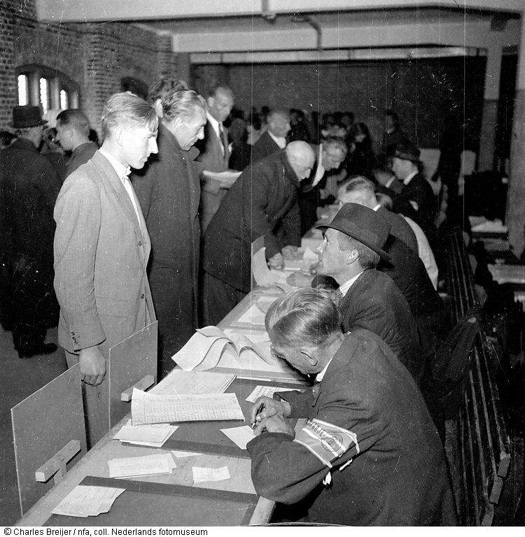 Registratie gearresteerde nsb ers levantkade amsterdam mei 1945 het geheugen van nederland for Beeldkoken