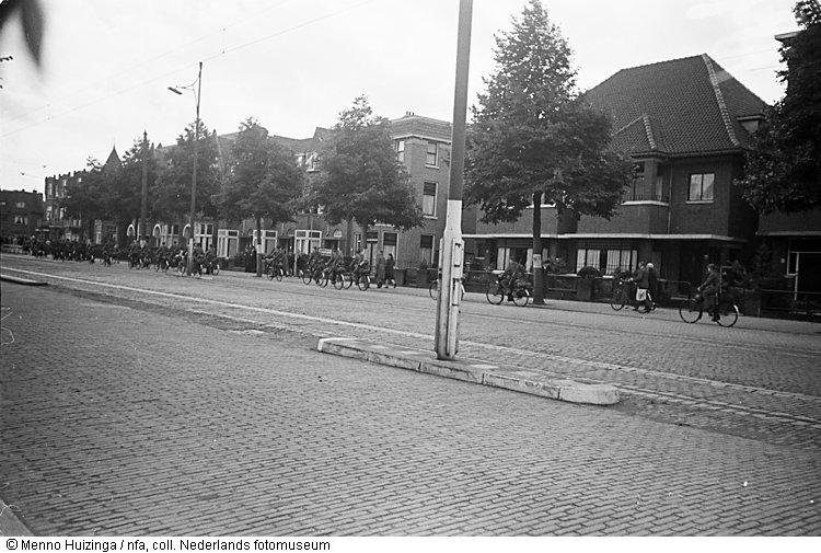 Aftocht van duitse militairen per fiets na hun overgave den haag mei