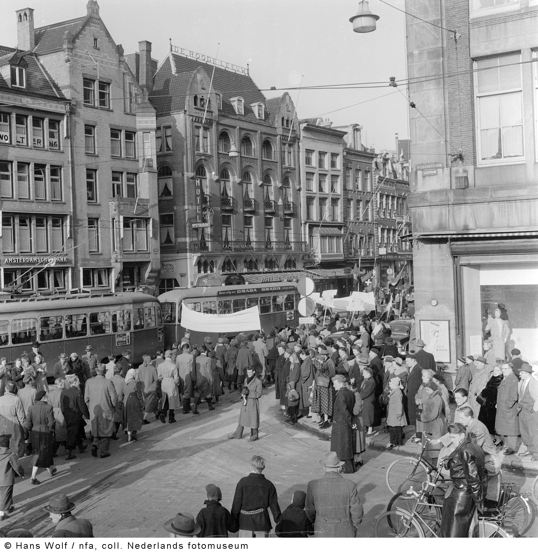 Demonstratie tegen de atoombom amsterdam 1955 het for Demonstratie amsterdam