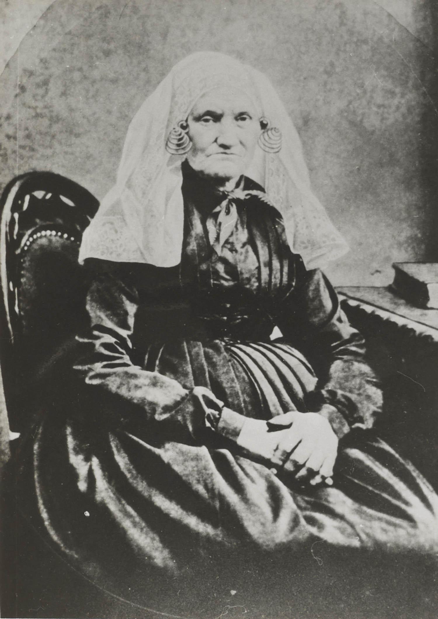 Johanna Herweijer-Den Ouden uit Strijensas in dracht van Beijerland en Hoekse Waard.