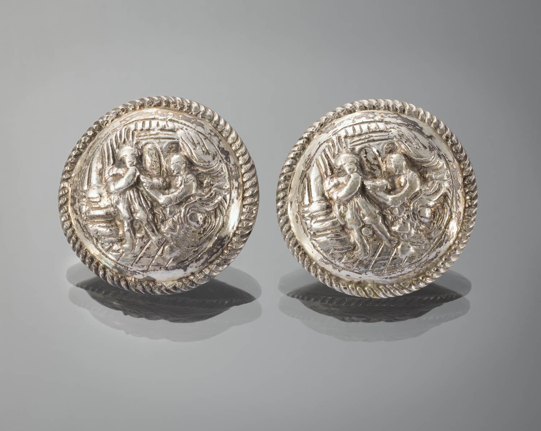 Paar zilveren broeksknopen met voorstelling van jozef en de vrouw van potifar geheugen van - Klein kamermeisje ...