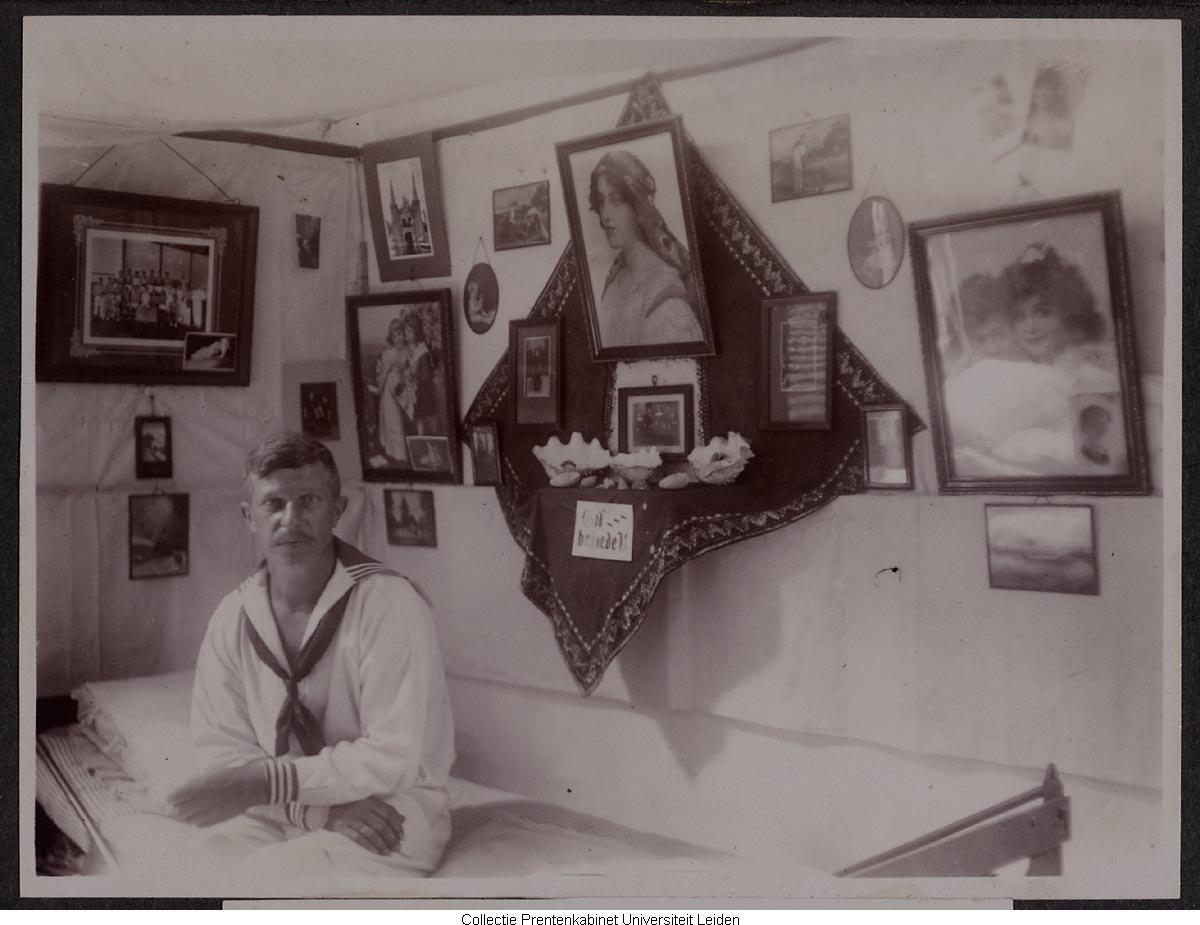 Man zittend op bed tegen de muur foto 39 39 s in lijstjes for Bed in de muur