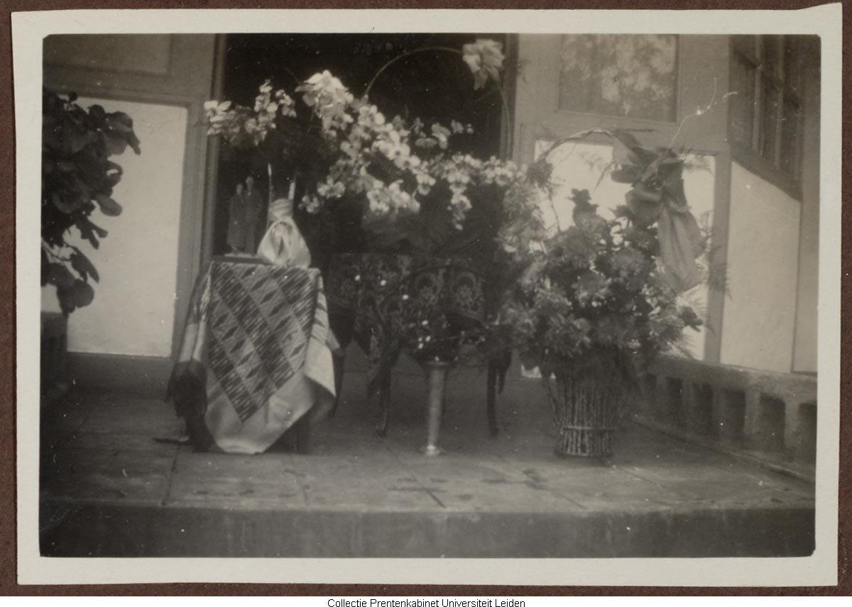 Tafel met bloemstukken voor huis het geheugen van nederland online beeldbank van archieven - Tafel josephine wereldje van het huis ...