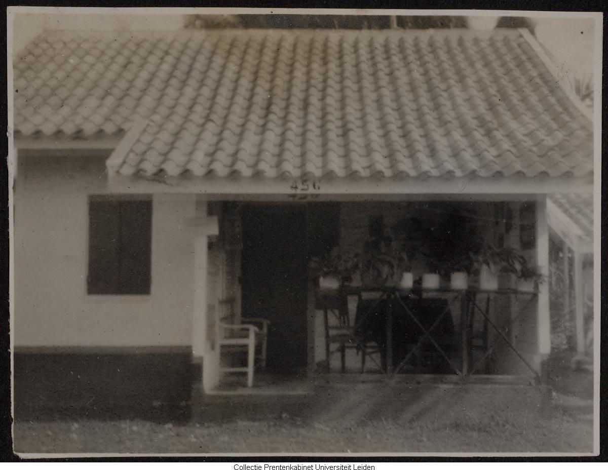 Houten woning met veranda het geheugen van nederland online beeldbank van archieven musea - Huis met veranda binnenkomst ...