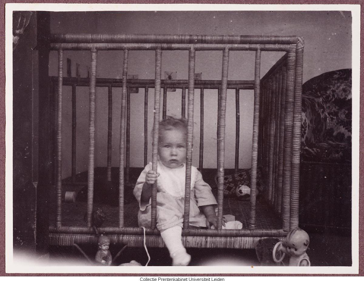 Baby in box geheugen van nederland - Model bibliotheek houten ...