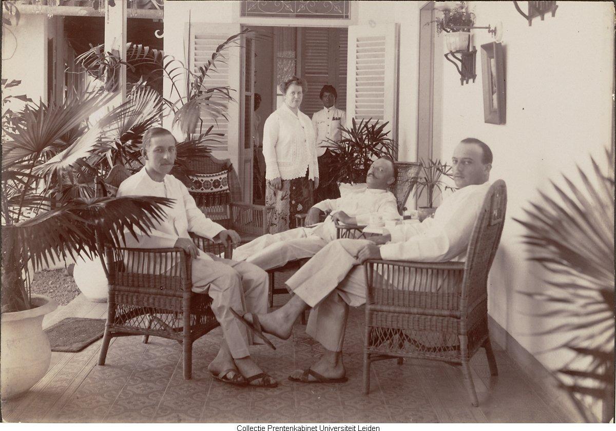 Drie europese mannen aan tafel opp een veranda op de achtergrond europese vrouw en twee - Geschilderde bundel ...