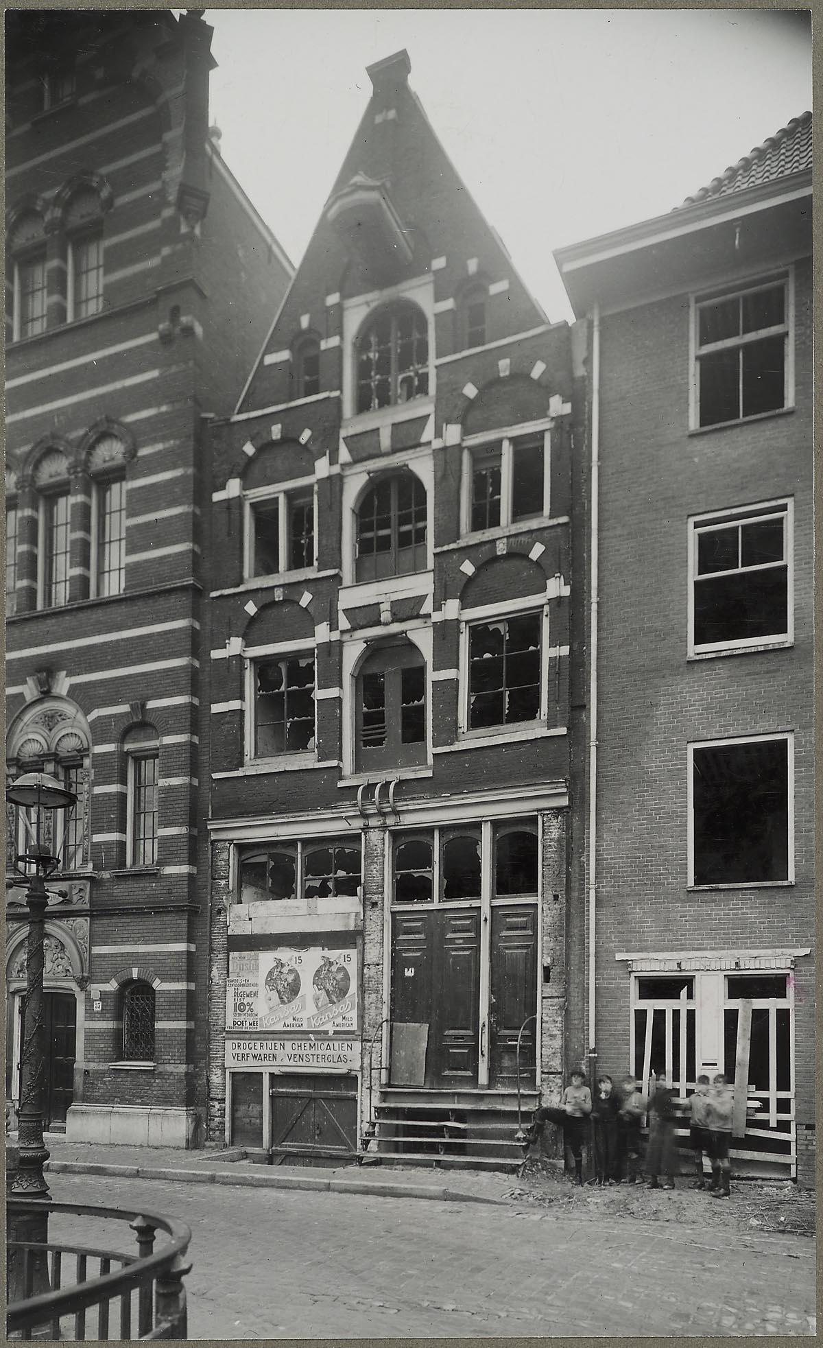 Amsterdam oude schans 37 overzicht gevel huis met schade het geheugen van nederland online - Oude huis gevel ...