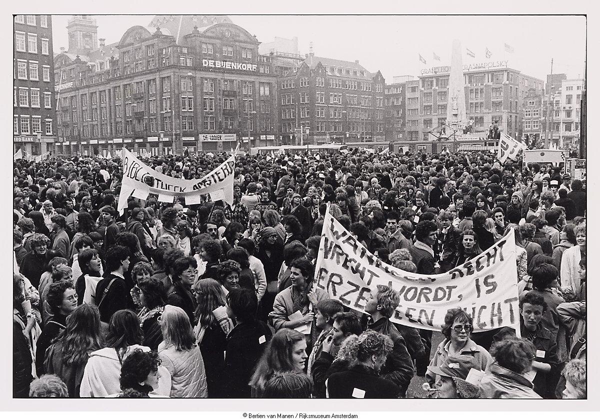 Demonstratie op de dag van de vrouwenstaking 30 maart for Demonstratie amsterdam