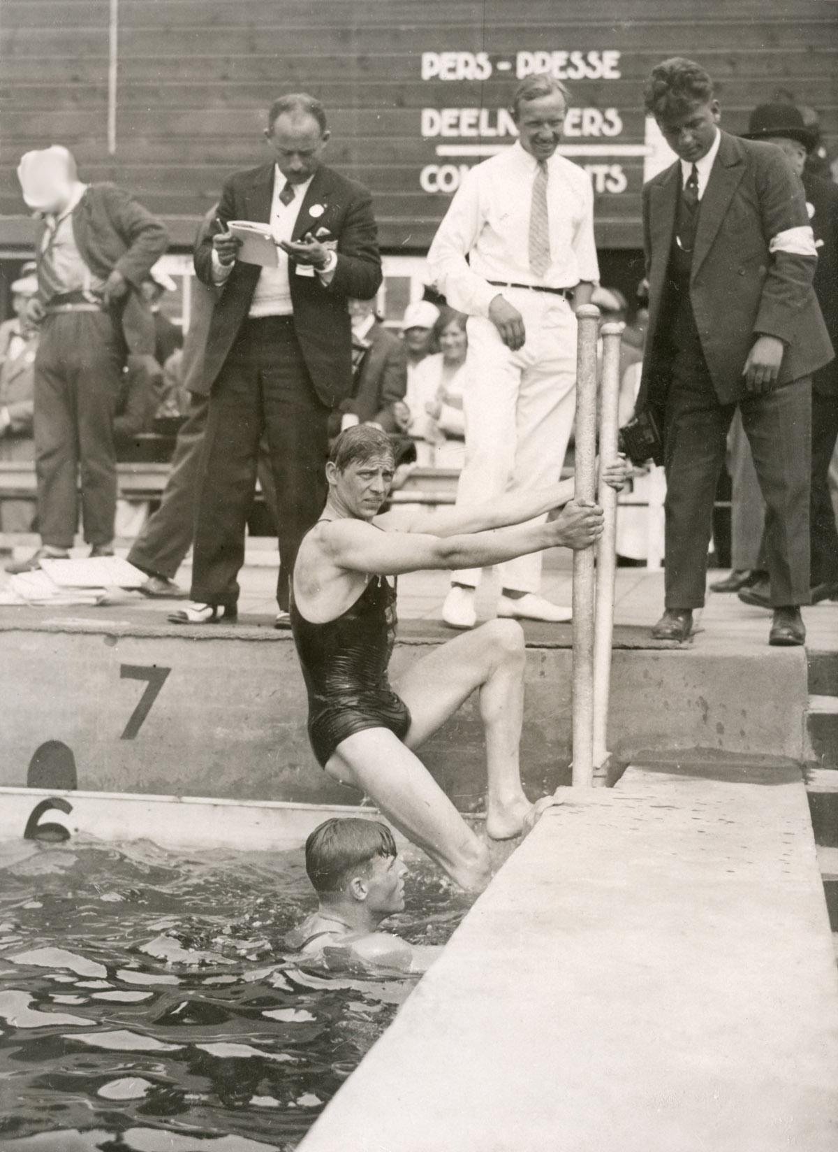 Zwemmen heren de zweed arne borg winnaar van de 1500 m vrije slag klimt uit het bad - Italiaanse douchegel ...