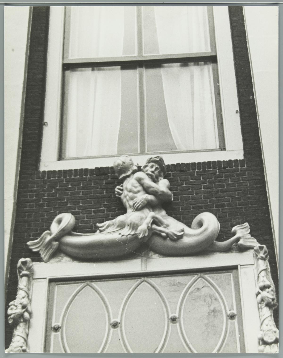Deurbekroning beeld van zeemeermin en 39 zeemeerman 39 boven de deur van een huis vlak bij de - Beeld van eigentijds huis ...