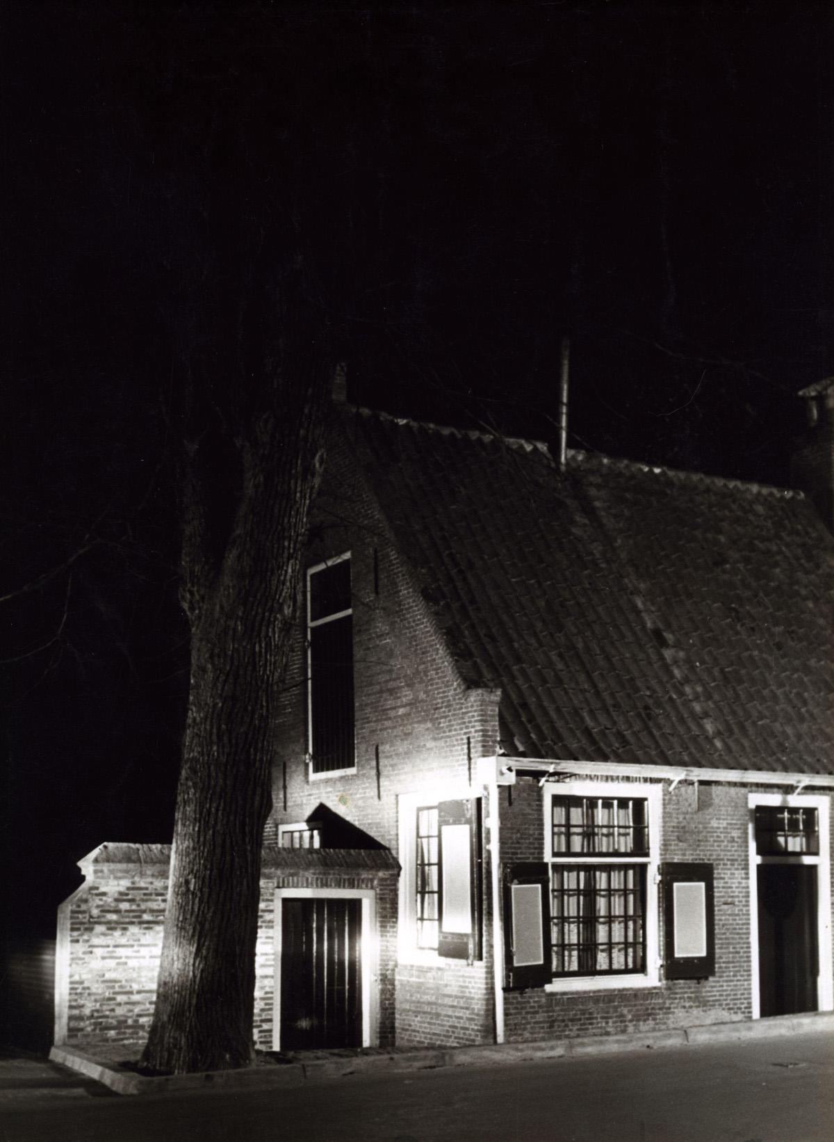 Huis in het duister waarvan de gevel is verlicht het geheugen van nederland online - Huis gevel ...