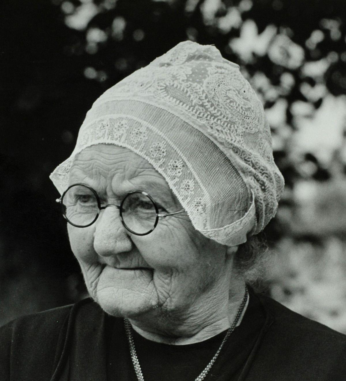 Portret van bejaarde vrouw 39 moeder kok 39 uit spierdijk in klederdracht met noord hollands - Klein kamermeisje ...
