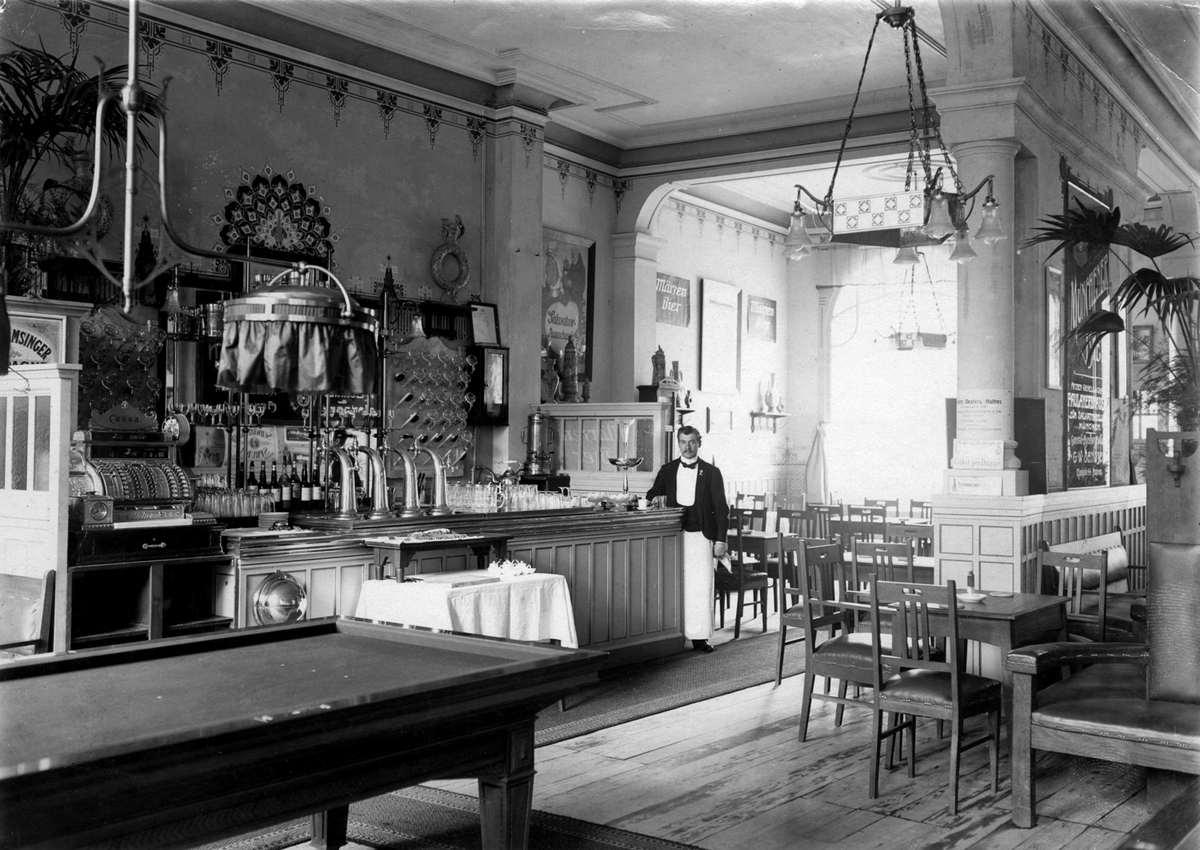 interieur met bar ober kelner en biljart van het