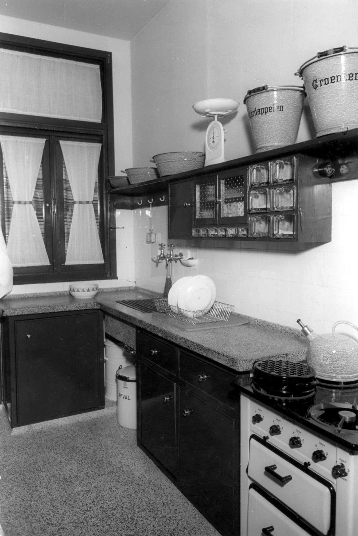 Keuken met fornuis granieten aanrecht emaille emmers en fluitketel rek met lades voor suiker - Credenza voor keuken ...