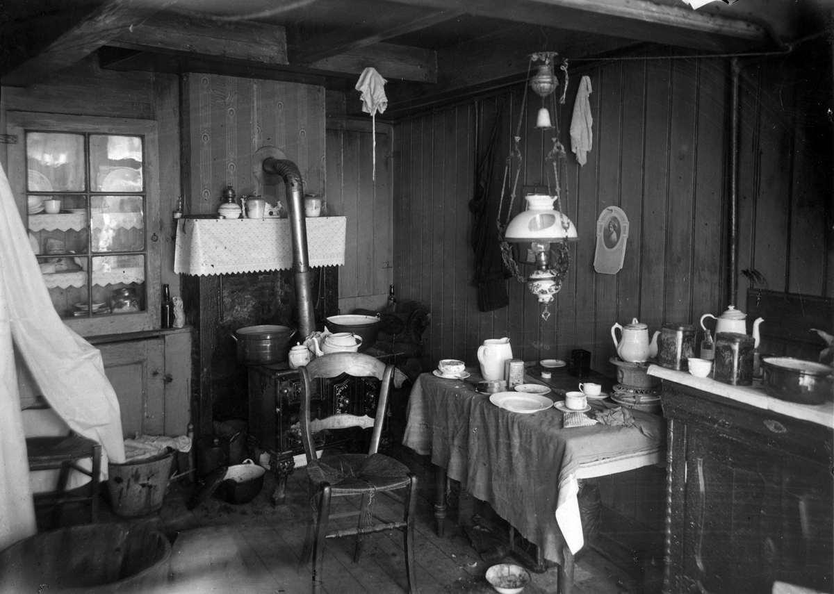 Krotwoningen interieur van armoedige en vervallen woning for Interieur 70 jaren