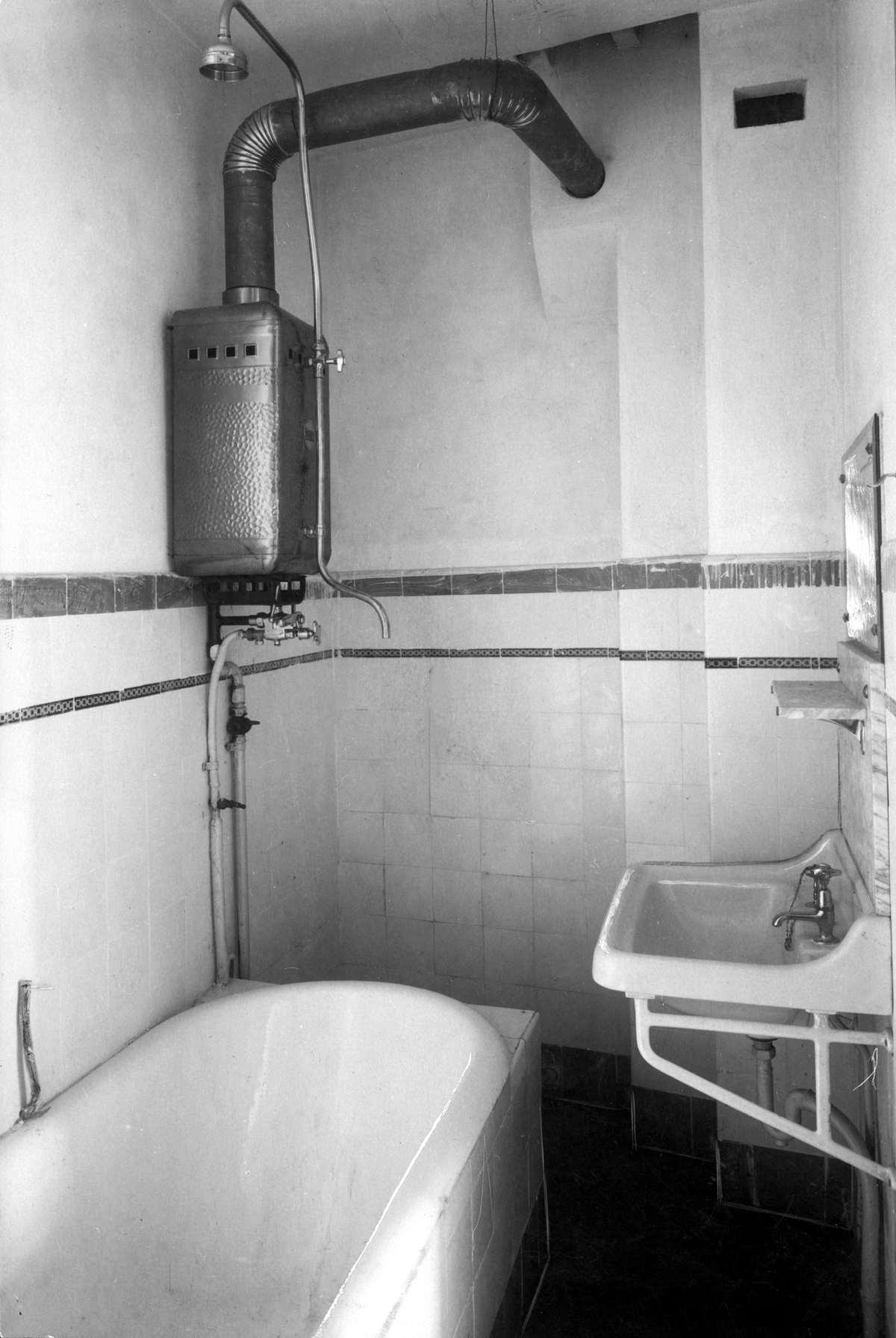 Badkamer in nieuw huis Amsterdam Zuid, 1930. - Geheugen van Nederland