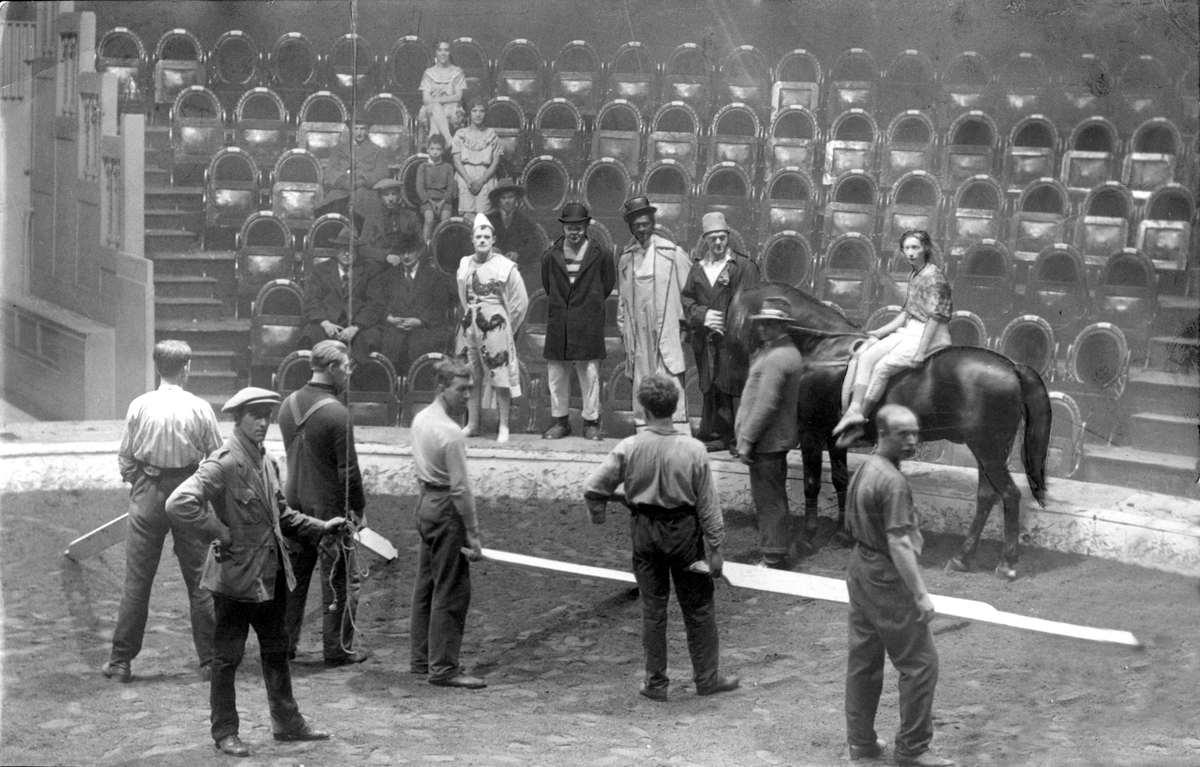 Circussen repetitie bij circus schumann in theater carr amsterdam nederland 1925 - Klein kamermeisje ...