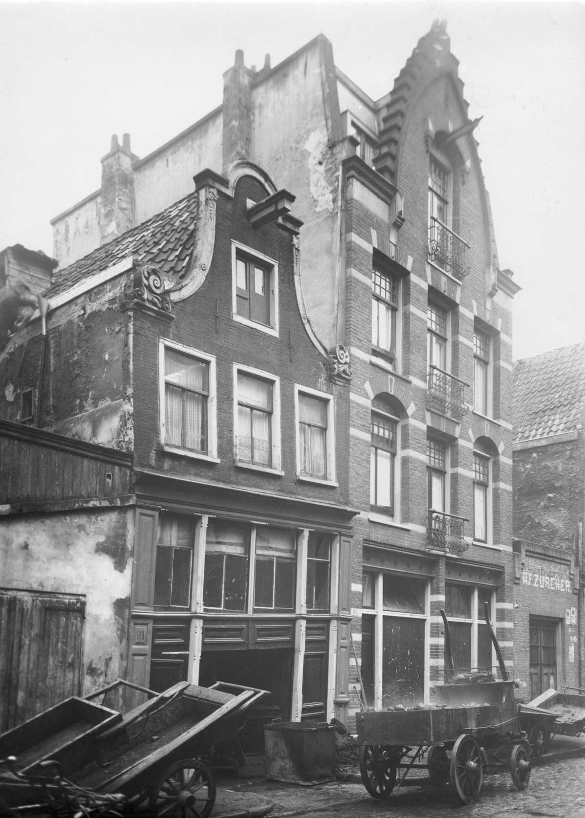 Krotwoningen gevel van vervallen huizen in amsterdam met een paar karren ervoor nederland - Gevels van hedendaagse huizen ...