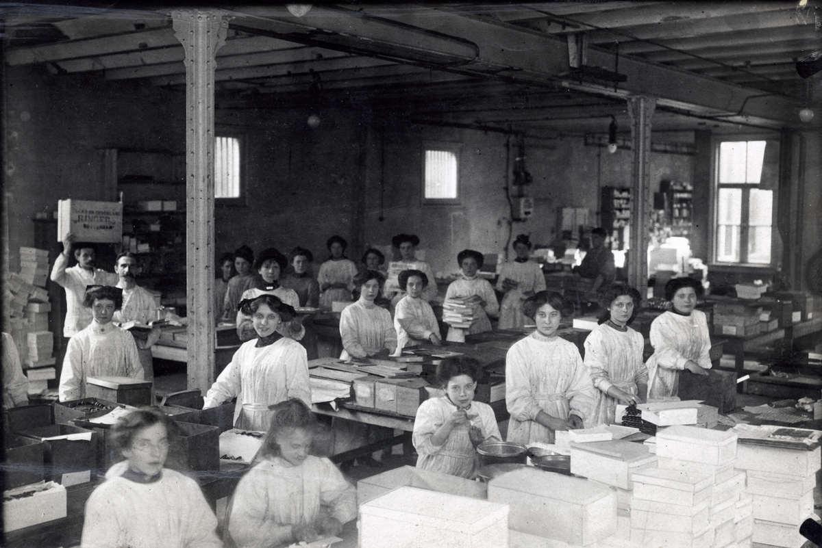 Kinderarbeid op de verpakkingsafdeling zijn meisjes aan het werk in ringer 39 s chocoladefabriek - Decoreer zijn kantoor op het werk ...