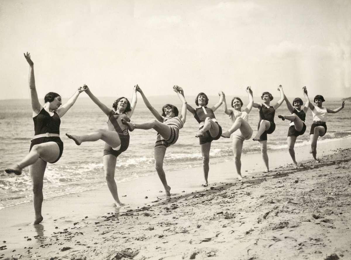 In een rij op het strand bournemouth engeland badnummer 1927