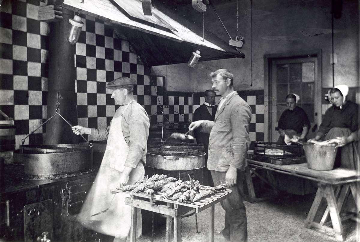 De keuken van een visbakkerij in Scheveningen, Nederland, 1920. In ...