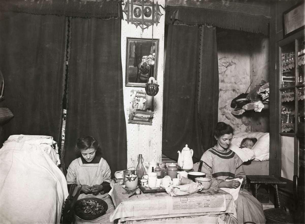 Interieur van een kamer uit 1914 waarin man vrouw en zeven kinderen wonen de woning is in de - Inrichting van een kamer voor kinderen ...