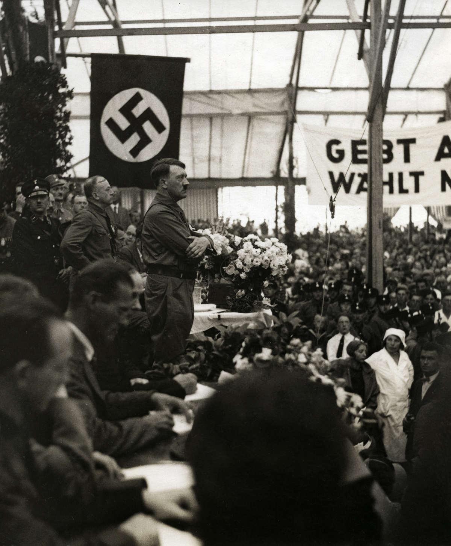 Aanloop naar de tweede wereldoorlog adolf hitler 1889 1945 staat met zijn armen over elkaar - Italiaanse douchegel ...