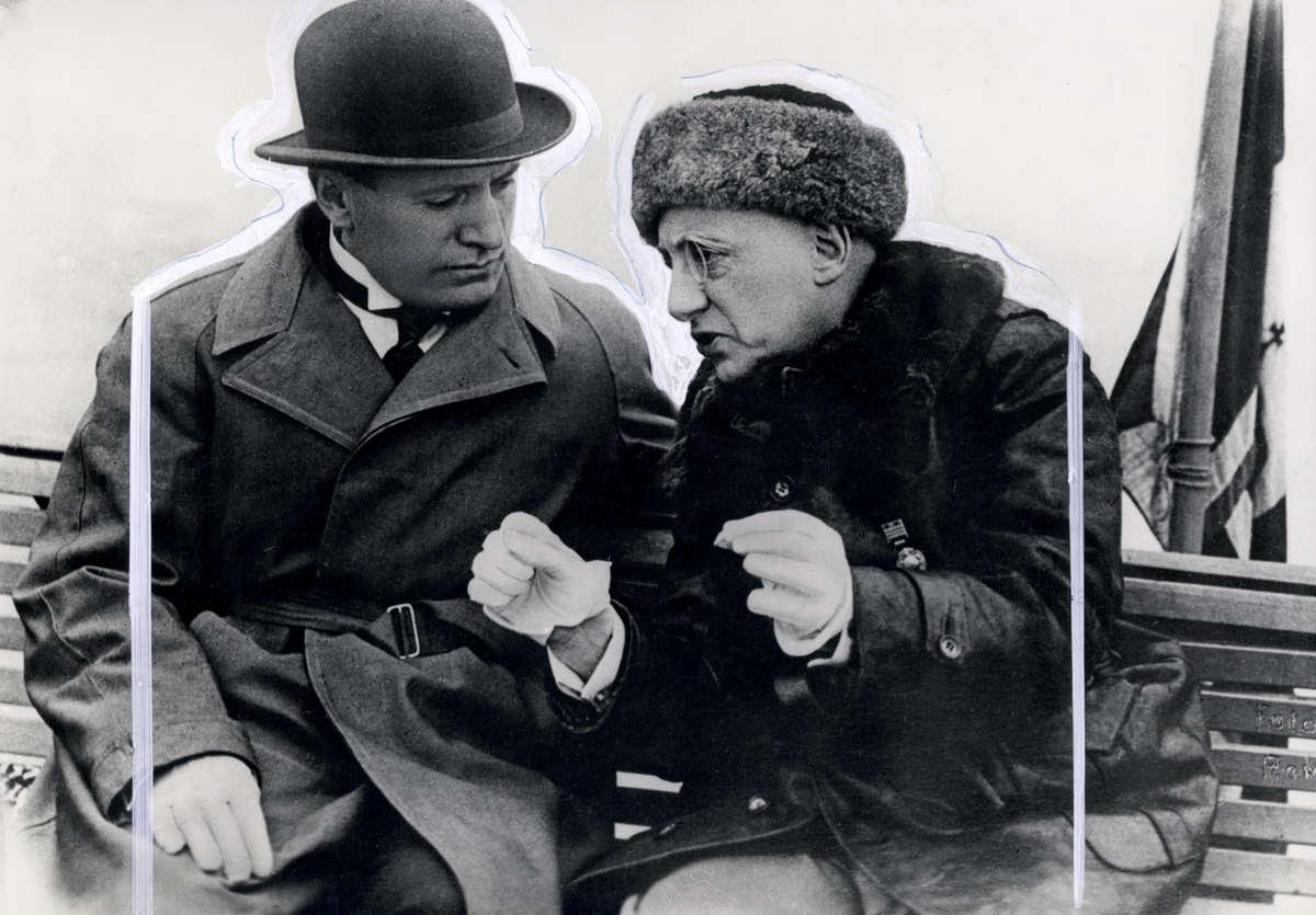 Benito mussolini gekleed in regenjas met bolhoed in gesprek met de italiaanse schrijver - Italiaanse douchegel ...