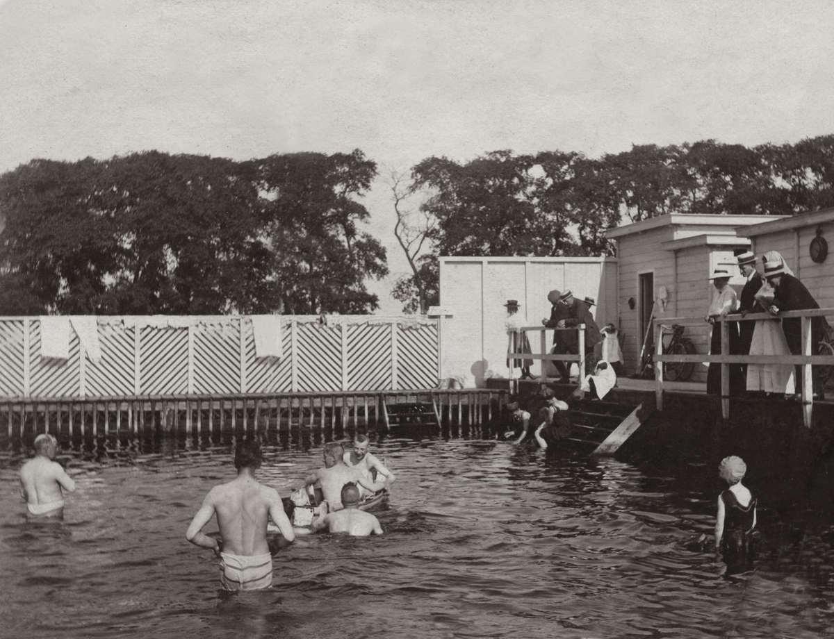 Zwemmen nederland in 1911 wordt in het laardermeer bij abcoude een buitenzwembad geopend het for Foto in het bad