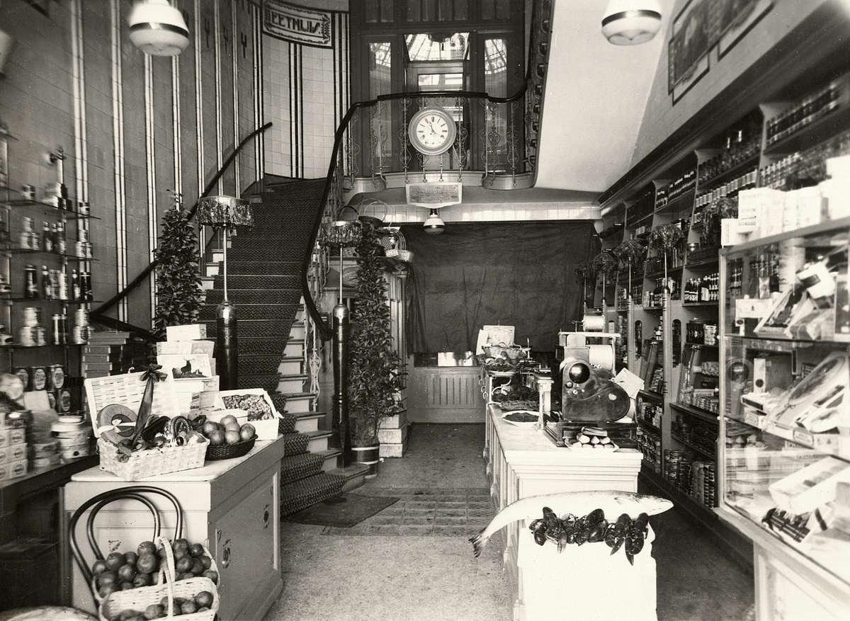 Interieur van viswinkel annex fruithandel en restaurant van A. van ...