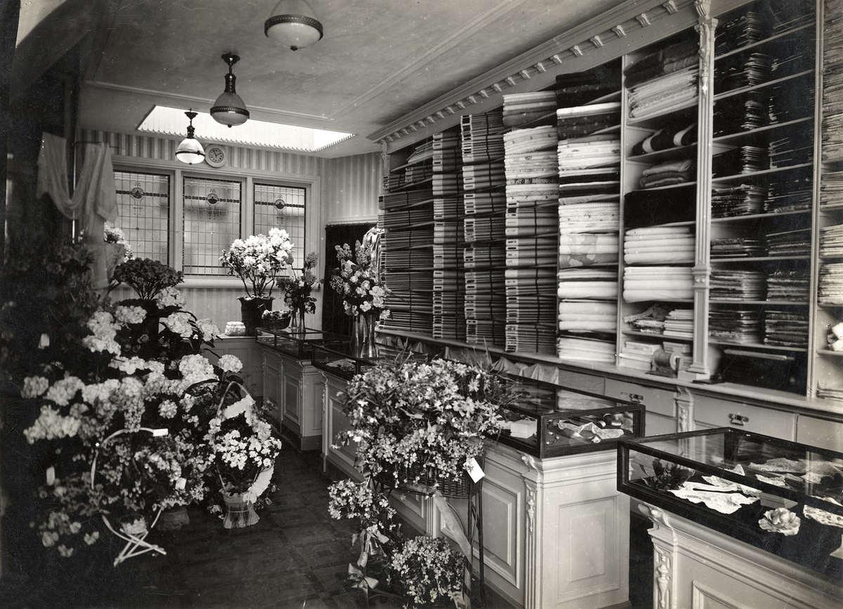 Interieur van luxe stoffenwinkel \