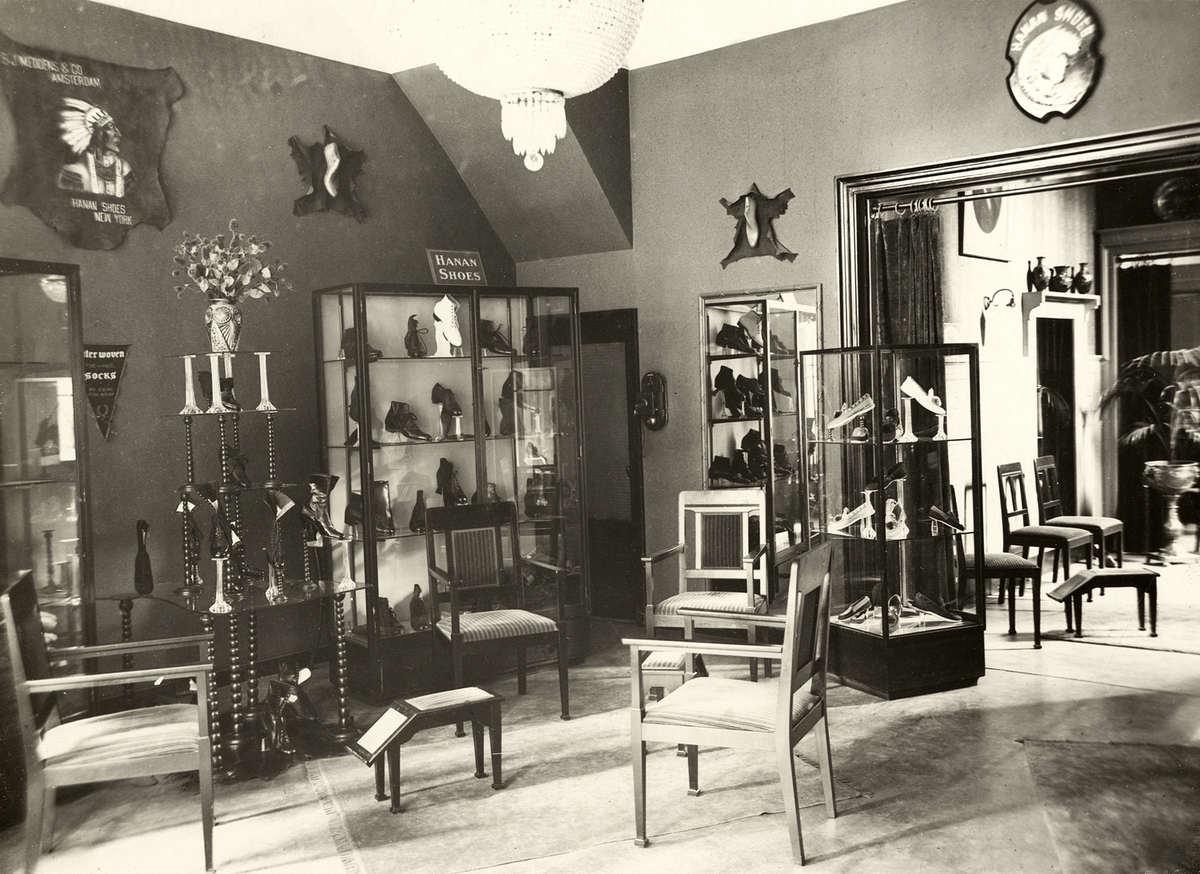 Interieur van schoenenwinkel in amsterdam nederland 1920 for Interieur 1920