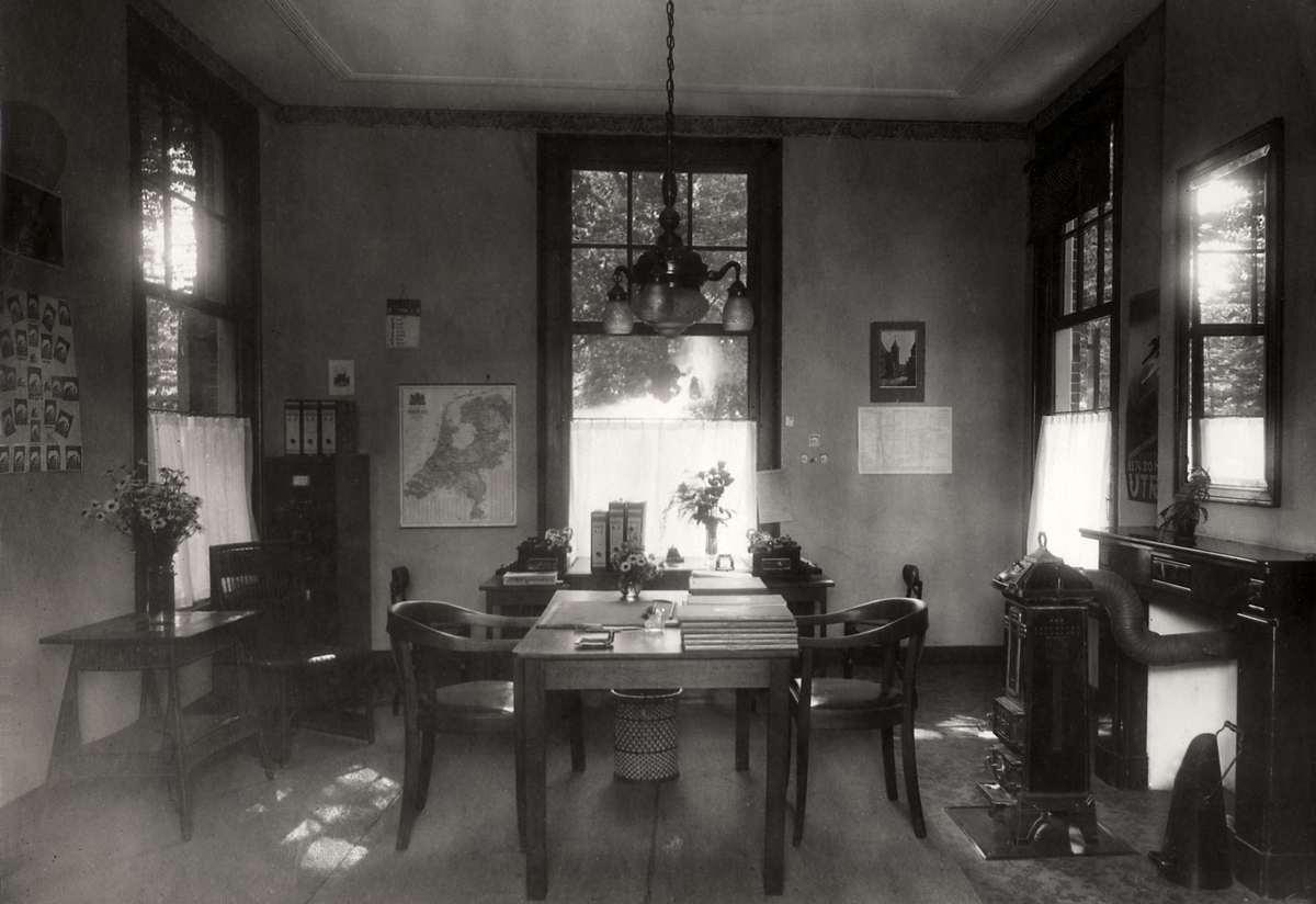 Spaarbanken het interieur kantoor met enkele tafels en for Interieur 1930