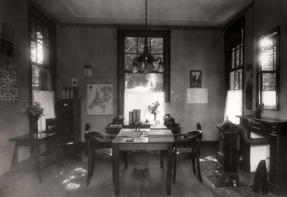 Spaarbanken het interieur kantoor met enkele tafels en for Interieur 1900