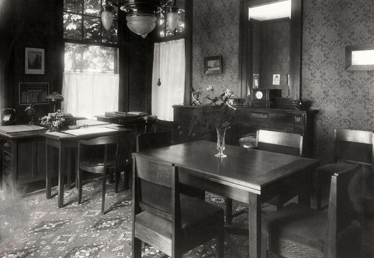 het interieur directie kantoor met enkele tafels van de spaar en hypotheekbank onder eigen dak te doorn nederland 1930