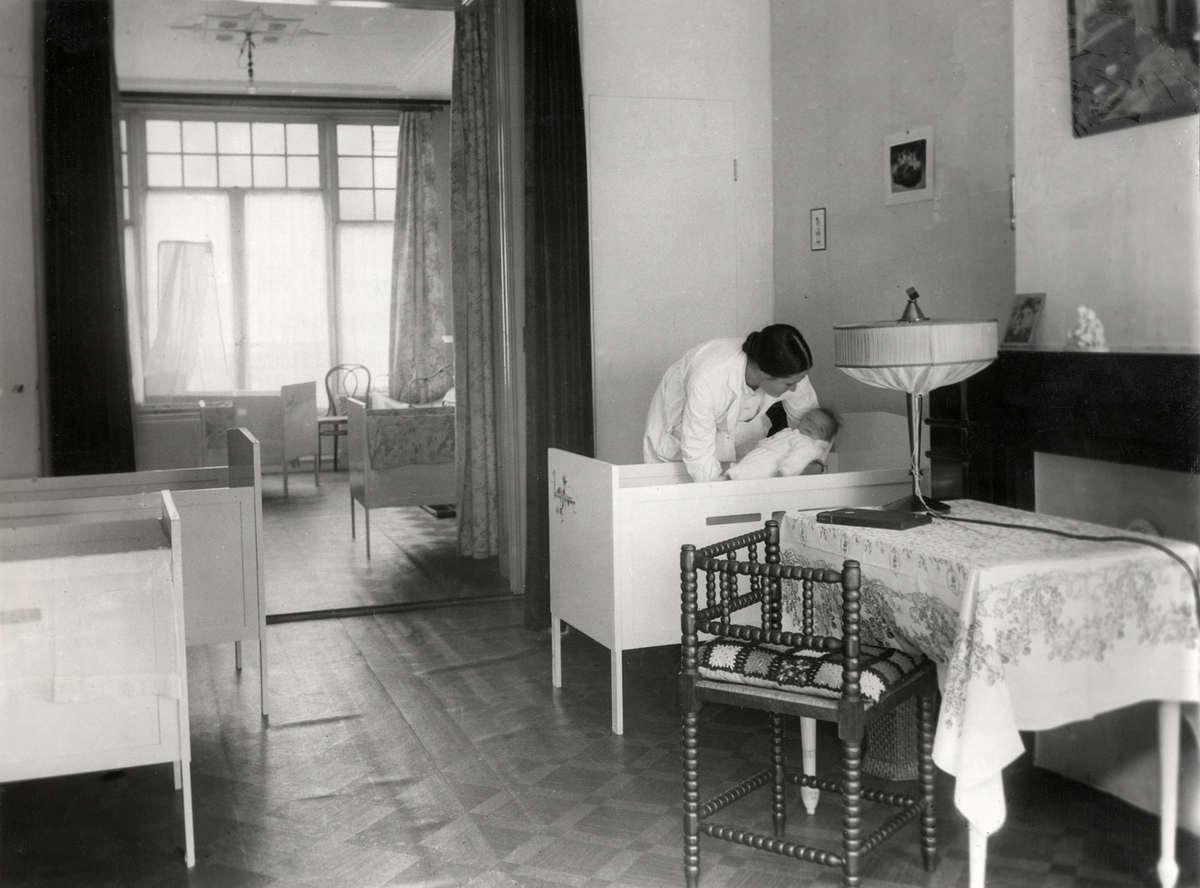 De slaapzaal voor kleine kinderen in het amsterdams kinderhotel la espero een vrouw met witte - Klein kamermeisje ...