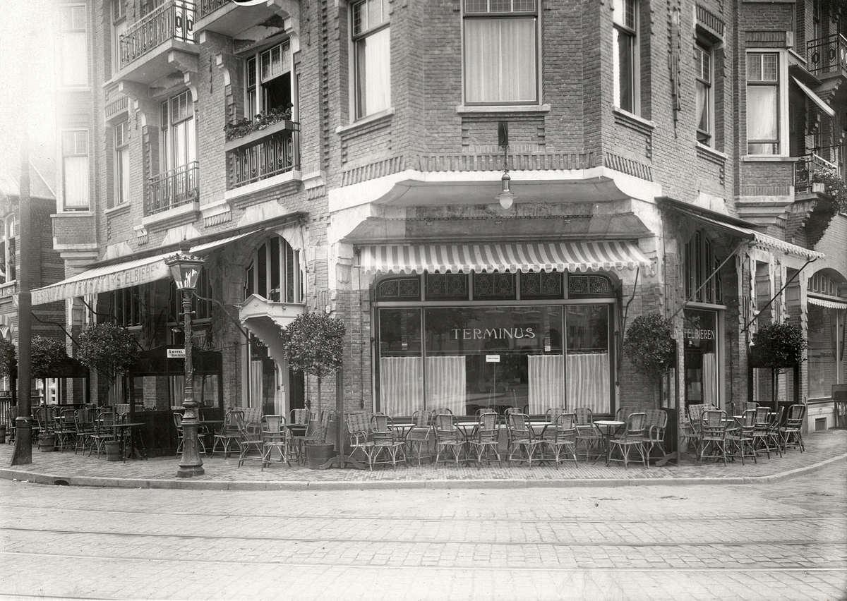 Buitenkant met terras van café restaurant terminus aan de