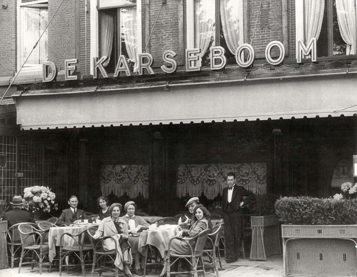 Groepje mensen op het terras van hotel caf restaurant de karseboom aan de kalverstraat in for Terras op een helling