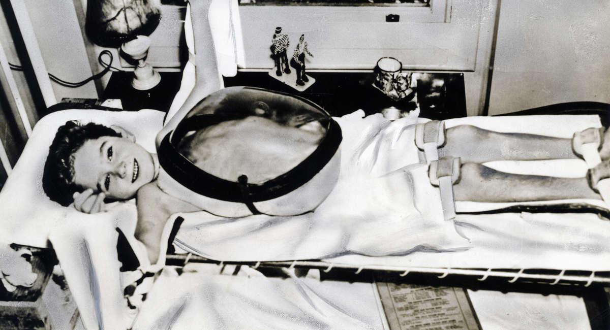 Jongentje ligt in een ziekenhuis op bed met een beademingsapparaat over zijn buik heen - Klein kamermeisje ...