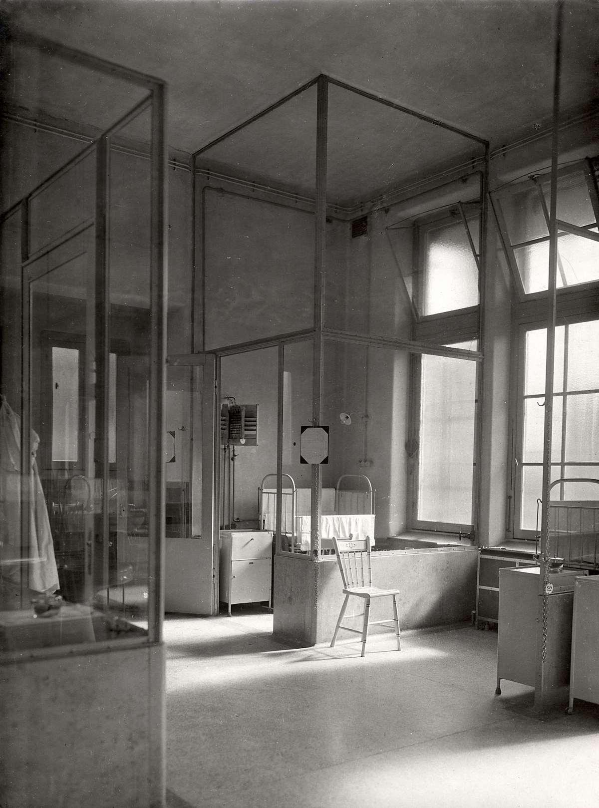 Zaal met kinderbedjes in de kinderkliniek van het binnengasthuis te amsterdam nederland 1918 - Versiering van de zaal van het tienermeisje van ...
