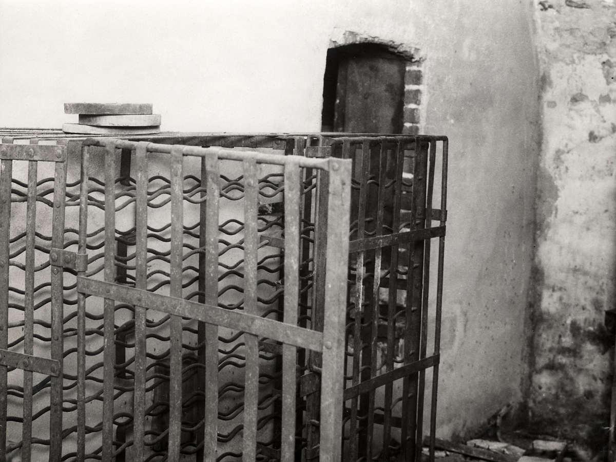 Spookhuizen een soort metalen kooi in het leegstaande huis van mr van hall in utrecht for Lay outs van het huis hal