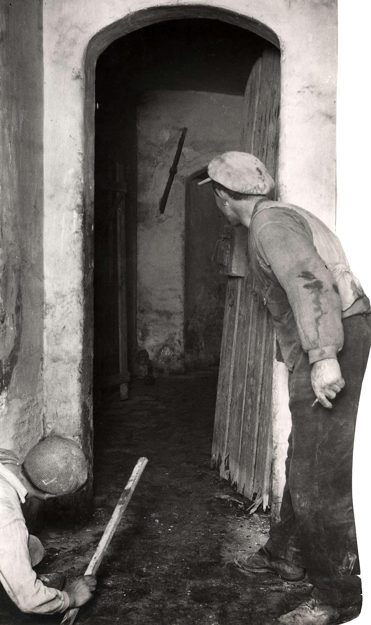Spookhuizen twee mannen bij deur met gang erachter in het leegstaande huis van mr van hall in for Lay outs van het huis hal
