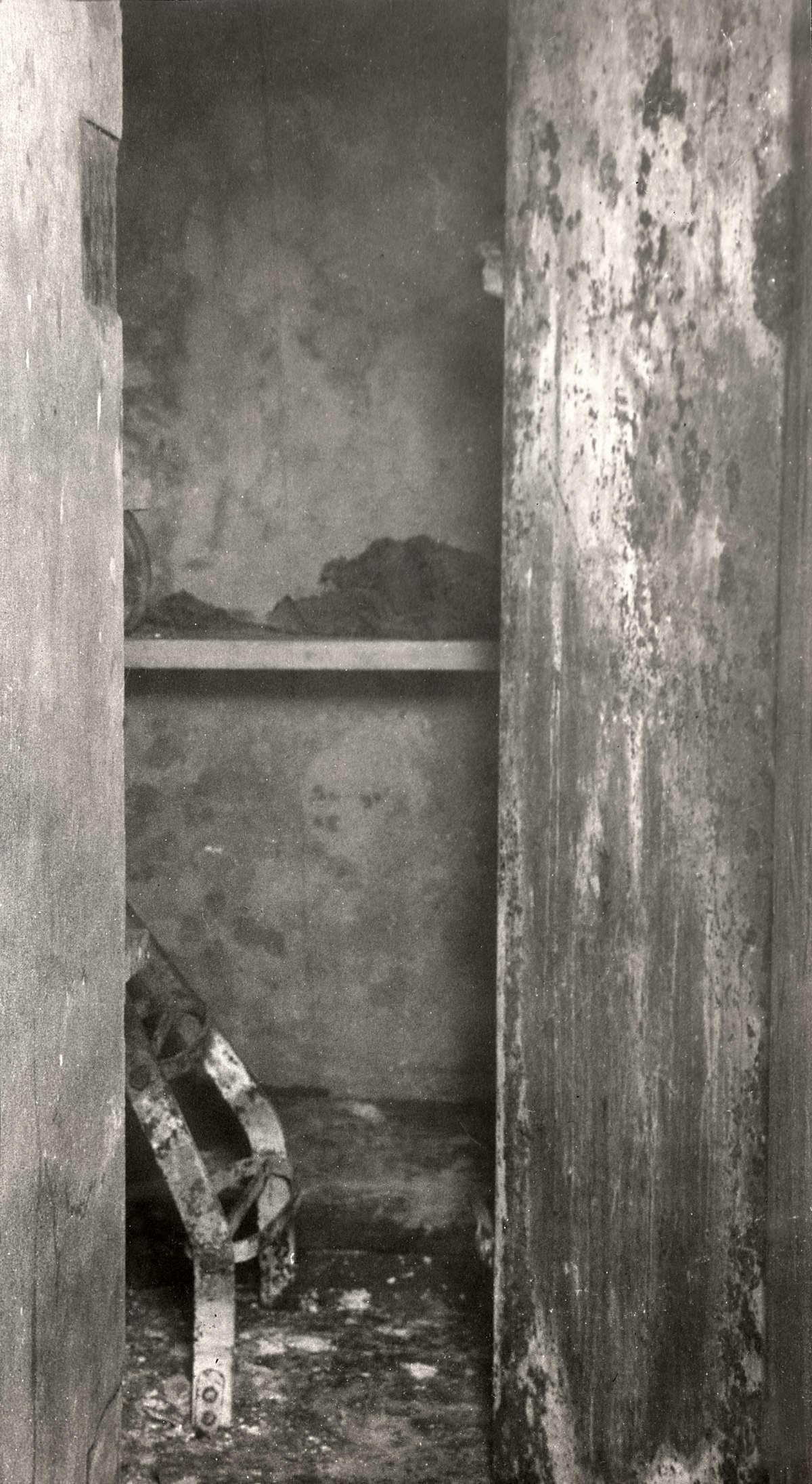 Spookhuizen ingang naar kamer met links een metalen ding op de grond in het leegstaande huis - Upgrade naar een kamer ...