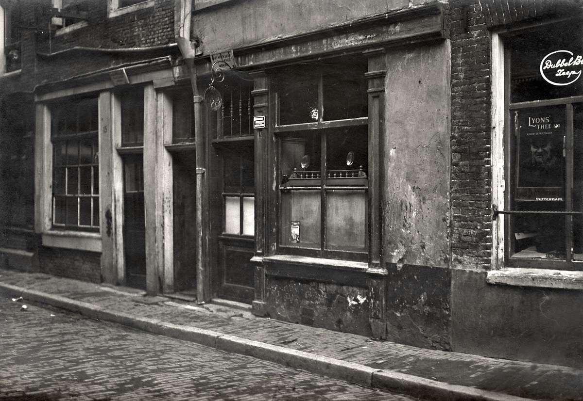 Krotwoningen voorzijde van vervallen huis aan de passeerdersdwarsstraat in amsterdam waar een - Schilderij kamer ontwerp ...